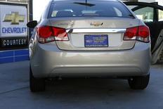 General Motors a informé ses concessionnaires de l'arrêt de la vente des petites Chevrolet Cruze équipées d'un moteur turbo de 1,4 litre en raison d'un problème non précisé. /Photo d'archives/REUTERS/Joshua Lott