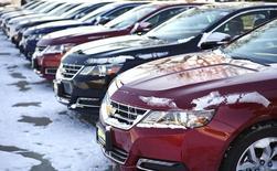 General Motors a annoncé vendredi avoir porté à 2,6 millions le nombre de véhicules rappelés en raison de craintes d'une défaillance sur l'allumage. GM a rappelé le mois dernier 1,6 million de véhicules produits entre 2003 à 2007 pour corriger ce problème d'allumage, qui pouvait provoquer des coupures de contact inopinées et empêcher les airbags de se déployer en cas d'accident. Selon le constructeur américain, ce problème est lié à 34 accidents ayant provoqué 12 décès. /Photo prise le 6 février 2014/REUTERS/Rick Wilking