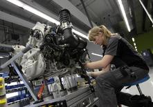 Dans une usine Porsche en Allemagne. La croissance dans le secteur manufacturier de la zone euro a ralenti comme attendu le mois dernier même si la production des usines a augmenté. /Photo d'archives/REUTERS/Michaela Rehle