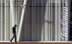 Le régulateur allemand des réseaux de télécommunications veut que les opérateurs mobiles Telefonica Deutschland et E-plus, filiale de KPN, cède des spectres de fréquences pour préserver la concurrence si la Commission européenne autorise l'achat du second par le premier. /Photo d'archives/REUTERS/Albert Gea