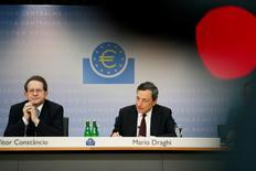 Le président de la BCE Mario Draghi (à droite) et le vice-président Vitor Constancio. La Banque centrale européenne et l'Eurogroupe ne décèlent pas un risque de déflation bien défini dans la zone euro en dépit d'un net ralentissement de la hausse des prix mais une période prolongée d'inflation faible pourrait être préjudiciable à l'économie. /Photo d'archives/REUTERS/Ralph Orlowski