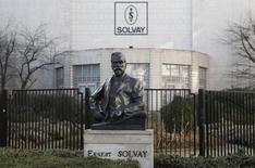 """Le titre Solvay enregistre la plus forte baisse du CAC 40 à la mi-journée, signant un recul de 2,1% vers 13h30 alors que l'indice parisien abandonne 0,14% au même moment, après qu'UBS a abaissé sa recommandation recommandation d'""""acheter"""" à """"neutre"""" sur la valeur. /Photo d'archives/REUTERS/Thierry Roge"""