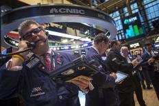Wall Street a fini en petite baisse jeudi au terme d'une séance de consolidation après de nouveaux records et à la veille de la publication des chiffres de l'emploi de mars. L'indice Dow Jones des 30 industrielles a fini stable (-0,45 point) à 16.572,55 points, le S&P-500 a abandonné 0,11%, le Nasdaq Composite a reculé de 0,91%. /Photo prise le 3 avril 2014/REUTERS/Brendan McDermid