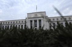 Maintenant que la Réserve fédérale a engagé la sortie progressive de son programme massif de rachat d'actifs sur le marché, les responsables de la politique monétaire américaine s'interrogent sur la prochaine étape: à quel moment la banque centrale devra-t-elle commencer à dégonfler son bilan? /Photo prise le 31 juillet 2013/REUTERS/Jonathan Ernst