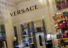 Versace a signé jla cession de 20% de son capital au fonds d'investissement américain Blackstone. La maison de couture, contrôlée par la famille Versace, a opté pour une ouverture de son capital pour financer l'expansion de son réseau de boutiques dans le monde. /Photo d'archives/REUTERS/Eric Thayer