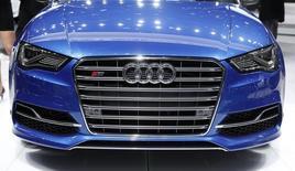 La calandre de la nouvelle Audi S3.  Audi a annoncé lundi un bond de 15,4% de ses ventes de voitures en mars à 170.450 unités, un record mensuel pour la marque.du groupe Volkswagen. /Photo prise le 14 janvier 2014/REUTERS/Rebecca Cook