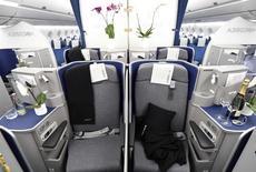 Airbus  a dévoilé lundi l'intérieur de la cabine de l'A350, une étape cruciale dans la phase finale d'essai du futur long-courrier avant sa livraison à son premier client, Qatar Airways, à la fin de l'année. /Photo prise le 7 avril 2014/ REUTERS/Fabian Bimmer