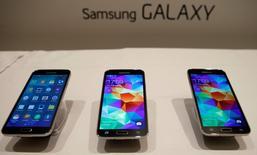 Les nouveaux Galaxy S5, en vente à partir de vendredi. Samsung Electronics s'attend à ce que son bénéfice trimestriel ait encore baissé au premier trimestre, sous le coup de la concurrence des fabricants chinois de smartphones. /Photo prise le 24 février 2014/REUTERS/Albert Gea