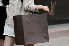 Les valeurs du luxe, notamment LVMH à qui appartient la marque Louis Vuitton, sont recherchées à la Bourse de Paris jeudi. LVMH occupe, avec plus de 3,50%, la tête des hausses du CAC 40 à mi-séance. /Photo d'archives/REUTERS/Philippe Wojazer