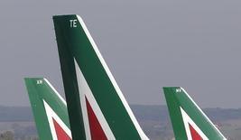 Etihad Airways devrait soumettre dans les jours à venir une lettre d'intention portant sur un éventuel investissement dans Alitalia, selon une source de proche de dossier. La compagnie basée à Abou Dhabi prévoit d'apporter jusqu'à 500 millions d'euros au transporteur italien, en grande difficulté financière. Sur ce total, 350 millions seraient consacrés à un rachat d'une part de 49% dans Alitalia. /Photo d'archives/REUTERS/Max Rossi