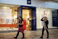 Les ventes à magasins comparables de GAP ont baissé de 6% en mars, alors que les analystes tablaient en moyenne sur un recul de 4,7%. Le groupe de prêt-à-porter a réaffirmé sa prévision d'un bénéfice par action 2014 compris entre 2,90 et 2,94 dollars. /Photo prise le 27 février 2014/REUTERS/Rick Wilking