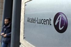 Alcatel-Lucent recule de 2,56% vers 12h45, la plus forte baisse du CAC 40, qui au même moment perd 1,07%. /Photo d'archives/REUTERS/Charles Platiau