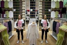 Uniqlo accélère son expansion en Europe avec un premier magasin en Allemagne (photo)  et une nouvelle adresse à Paris, dans le cadre de la stratégie du groupe Fast Retailing visant à faire de la marque le numéro un mondial de l'habillement. /Photo prise le 10 avril 2014/REUTERS/Axel Schmidt