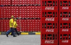 Coca-Cola annonce mardi un bénéfice net trimestriel en baisse de 8%, conséquence d'un recul des volumes de 4% en Europe et de la vente de ses opérations d'embouteillage au Brésil. /Photo d'archives/REUTERS/Beawiharta