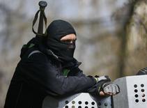 Пророссийский активист на баррикаде в Славянске 15 апреля 2014 года. Служба безопасности Украины завела расследование, заподозрив в финансировании терроризма один из российских банков, говорится в сообщении спецслужбы, не раскрывшей названия. REUTERS/Gleb Garanich
