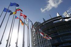 Флаги стран-членов ЕС у здания Европарламента в Страсбург 15 апреля 2014 года. Европейские законодатели во вторник наконец-то договорились о новых правилах, облегчающих ликвидацию проблемных банков. REUTERS/Vincent Kessler