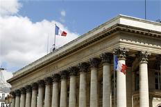 Les principales Bourses européennes ont ouvert jeudi en légère baisse après des résultats décevants pour Google et IBM et des inquiétudes sur l'évolution du marché des changes sur fond de tension grandissante en Ukraine. Vers 9h15, le CAC 40 perdait 0,01% à Paris, le Dax reculait de 0,27% à Francfort et  le FTSE abandonnait 0,24% à Londres. /Photo d'archives/REUTERS/Charles Platiau
