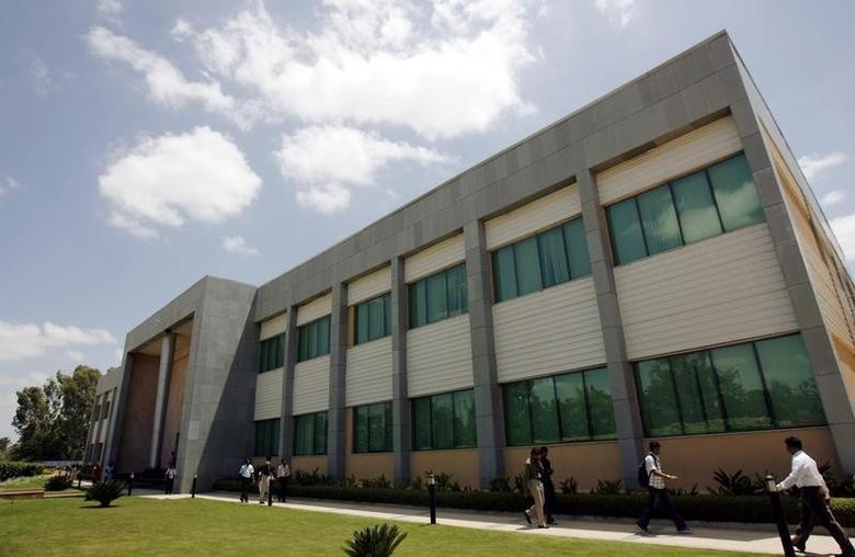 Employees walk in the Wipro campus in Bangalore June 23, 2009. REUTERS/Punit Paranjpe/Files