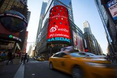 Weibo Corporation, propriétaire d'un service de micro-blogging en Chine semblable à Twitter, gagne 25% pour son premier jour de cotation sur le Nasdaq jeudi, redonnant un peu de lustre aux valeurs chinoises et au compartiment technologique à Wall Street. /Photo prise le 17 avril 2014/REUTERS/Andrew Kelly