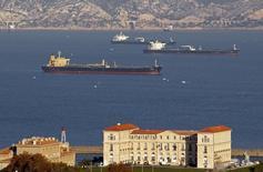 Танкеры в гавани Марселя 22 октября 2010 года. Цены на нефть снижаются из-за фиксации прибыли, но кризис на Украине дает рынку поддержку. REUTERS/Jean-Paul Pelissier
