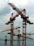 Строительные краны в Москве 25 июня 2003 года. Крупный российский девелопер ЛСР выиграл конкурс по покупке имущества завода ЗИЛ в Москве и получил право построить на этом месте около 1,5 миллиона квадратных метров жилья и другой недвижимости, говорится на сайте столичного Тендерного комитета. RTXM31W