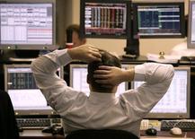 Трейдер Тройки Диалог, Москва, 20 декабря 2004 года. Российские акции продолжили снижение предыдущей торговой сессии и при открытии торгов во вторник, пока без поводов для возобновления повышения. REUTERS/Alexander Natruskin