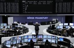 Les Bourses européennes évoluent en hausse à la mi-séance, emmenées par les pharmaceutiques au centre d'un vaste mouvement de fusions-acquisitions. À Paris, le CAC 40 prend 0,98% vers 12h45. À Francfort, le Dax gagne 1,44% et à Londres, le FTSE avance de 1,05%. /Photo prise le 22 avril 2014/REUTERS