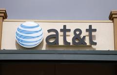 AT&T a relevé sa prévision de chiffre d'affaires sur l'année pour prendre en compte l'acquisition du prestataire de services mobiles LEAP Wireless et le succès de son nouveau système de tarification qui fait payer à ses clients les téléphones mobiles séparément de leurs abonnements mobiles.  /Photo prise le 20 avril 2011/REUTERS/Rick Wilking