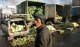Торговец на рынке в Красноярске 23 октября 2009 года. Потребительские цены в РФ за период с 15 по 21 апреля 2014 года выросли на 0,2 процента, сохранив динамику роста предыдущих 11 недель, сообщил Росстат. REUTERS/Ilya Naymushin