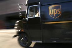 United Parcel Service (UPS), le numéro un mondial de la messagerie express, a enregistré une chute de 12% de son bénéfice trimestriel, conséquence de la hausse de ses coûts liée à un hiver particulièrement rigoureux aux Etats-Unis. /Photo prise le 6 mars 2014/REUTERS/Mike Segar