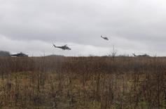Военные вертолеты поднимаются в воздух близ города Валуйки 10 апреля 2014 года. Россия начала учения у границ Украины, в том числе, с участием авиации, после боестолкновений украинских войск с пророссийскими повстанцами, заявил министр обороны РФ Сергей Шойгу в четверг. REUTERS/Anton Zverev