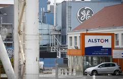 A Belfort. Alstom a annoncé dimanche qu'il poursuivrait sa réflexion stratégique alors que se profilait la vente potentielle de sa branche énergie à l'américain General Electric dans le cadre de discussions perturbées par une possible contre-proposition de l'allemand Siemens. /Photo prise le 27 avril 2014/REUTERS/Vincent Kessler