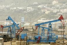 Месторождение нефти в Баку 17 марта 2009 года. Цены на нефть растут, стремясь к максимуму семи недель, на фоне усиления напряженности на Украине и задержки в открытии нефтяных портов в Ливии. REUTERS/David Mdzinarishvili