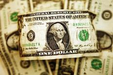 Долларовые купюры в Торонто 22 октября 2008 года. Доллар слабо растет, так как инвесторы не предпринимают активных действий в ожидании важных событий в США и еврозоне.    REUTERS/Mark Blinch