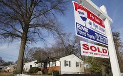 les statistiques publiées lundi par la Le nombre de promesses de vente de logements signées aux Etats-Unis a rebondi de 3,4% en mars, leur première hausse en neuf mois, qui vient confirmer les signes de stabilisation du marché immobilier. /Photo prise le 27 mars 2014/REUTERS/Larry Downing