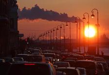 Машины в пробке в Санкт-Петербурге 15 февраля 2011 года.  Международный валютный фонд сократил свой прогноз роста экономики России в 2014 году до 0,2 процента с 1,3 процента и ждет оттока капитала из страны в размере $100 миллиардов за год, сказал глава миссии в РФ в среду. REUTERS/Alexander Demianchuk