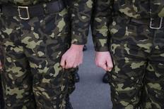 Украинские военные на базе в Феодосии 27 марта 2014 года. Власти Украины, пытающейся подавить вооружённые выступления пророссийских сепаратистов на востоке, уведомили в среду о планах провести в столице учения солдат и военной техники в ночь на выходной 1 мая. REUTERS/Gleb Garanich
