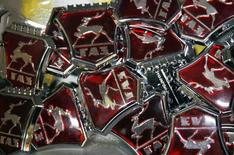 Значки ГАЗа на заводе в Нижнем Новгороде 17 июня 2009 года. Крупнейший производитель легких коммерческих автомобилей в РФ Группа ГАЗ снизила чистую прибыль по международным стандартам отчетности в 2,2 раза до 4 миллиардов рублей в 2013 году из-за плохого рынка, следует из сообщения компании. REUTERS/Denis Sinyakov