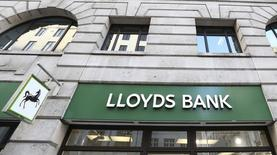 Lloyds Banking Group annonce une hausse de 22% de son bénéfice imposable au premier trimestre, conséquence d'une amélioration des marges et d'une baisse des coûts, un résultat susceptible de plaider la cause de la banque en vue de la reprise du versement de dividendes. /Photo prise le 13 février 2014/REUTERS/Paul Hackett