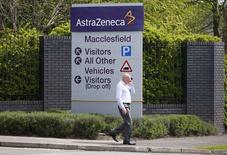 """Le conseil d'administration d'Astrazeneca a rejeté l'offre améliorée, à 106 milliards de dollars, de Pfizer, le laboratoire pharmaceutique britannique estimant que le prix proposé par son concurrent américain le sous-évaluait """"considérablement"""". /Photo prise le 28 avril 2014/REUTERS/Darren Staples"""