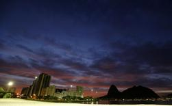 A view of Botafogo beach, with Sugar Loaf mountain in the background, as the sun rises in Rio de Janeiro May 1, 2014.  REUTERS/Sergio Moraes