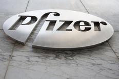 Логотип Pfizer у штаб-квартиры компании в Нью-Йорке 28 апреля 2014 года. Квартальная выручка крупнейшей фармкомпании США Pfizer Inc оказалась значительно ниже ожиданий Уолл-стрит из-за падения продаж препаратов-дженериков. REUTERS/Andrew Kelly