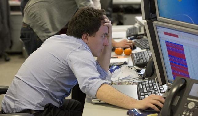 5月5日、欧州株式市場は下落して取引を終えた。写真はロンドンのディーリングルームで2013年3月撮影(2014年 ロイター/Neil Hall)