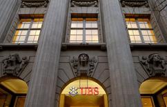 La banque suisse UBS a l'intention de modifier sa structure juridique afin de permettre un démantèlement plus aisé en cas de crise. /Photo d'archives/REUTERS/Arnd Wiegmann
