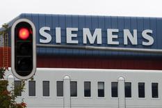 Le conglomérat allemand Siemens a confirmé mardi soir le rachat des activités d'énergie de Rolls Royce pour un montant d'environ 950 millions d'euros. /Photo d'archives/REUTERS/Michaela Rehle