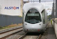 Трамвай производства Alstom проезжает мимо завода компании в Виллербанне 25 апреля 2014 года. Испытывающий проблемы французский концерн Alstom сообщил в среду, что не будет выплачивать дивиденды за минувший финансовый год, сославшись на падение числа заказов и отрицательный денежный поток. REUTERS/Robert Pratta