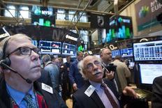 Трейдеры на Нью-Йоркской фондовой бирже 7 мая 2014 года. Американские фондовые индексы Dow и S&P выросли в среду после выступления главы ФРС США Джанет Йеллен, но Nasdaq снизился второй день подряд на волне распродаж. REUTERS/Brendan McDermid