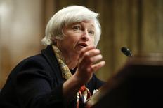 """Janet Yellen, la présidente de la Réserve fédérale américaine, a appelé jeudi le Congrès américain à répondre aux défis à long terme auxquels sont confrontés les Etats-Unis en matière budgétaire, en soulignant que la situation actuelle n'était pas tenable. """"Nous constatons que si l'on regarde à un horizon de 20, 30 ou 50 ans, sans changement supplémentaire en matière budgétaire, il est prévu que le ratio de la dette rapportée au PIB atteindra un niveau insupportable"""",  a-t-elle déclaré; /Photo prise le 8 mai 2014/REUTERS/Jonathan Ernst"""
