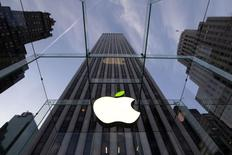 Apple dévoilera au mois d'août l'iPhone 6, la nouvelle version de son smartphone, un mois plus tôt que ne le laissaient entrevoir des informations divulguées par la presse, rapporte la presse taïwanaise qui cite des sources proches des chaînes de production. /Photo prise le 22 avril 2014/REUTERS/Brendan McDermid