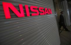 Мужчина выходит из штаб-квартиры Nissan Motor в Иокогаме 12 мая 2014 года. Японский автопроизводитель Nissan Motor Co обнародовал в понедельник прогноз роста прибыли в новом финансовом году, который оказался ниже ожиданий аналитиков. REUTERS/Yuya Shino